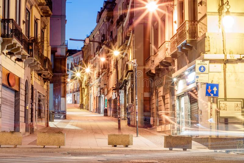有灯笼和咖啡馆的早晨街道在卡利亚里意大利 图库摄影