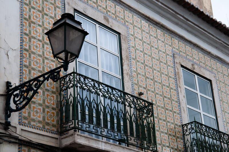 有灯笼的典型的阳台在葡萄牙,里斯本 图库摄影