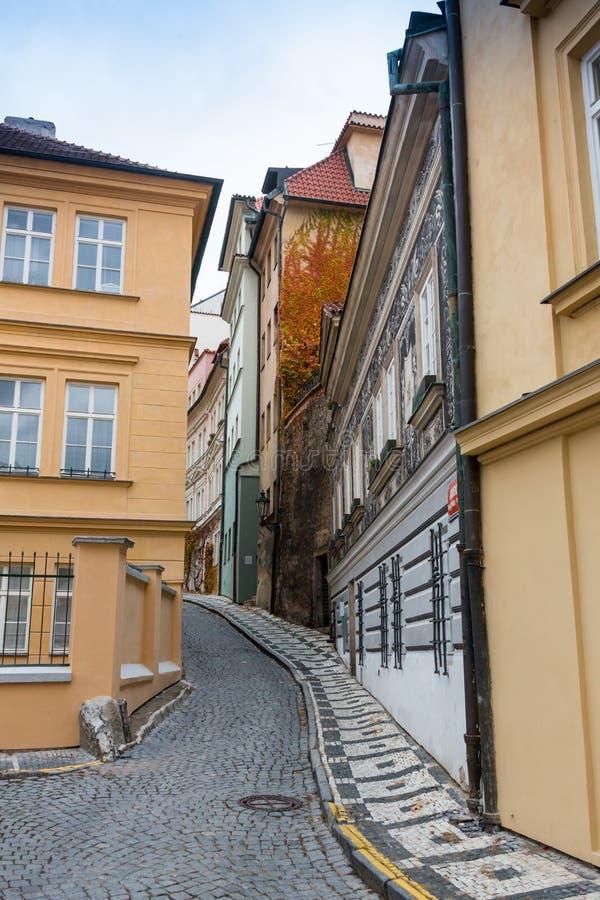 有灯笼的神奇狭窄的胡同在布拉格在晚上 免版税库存照片