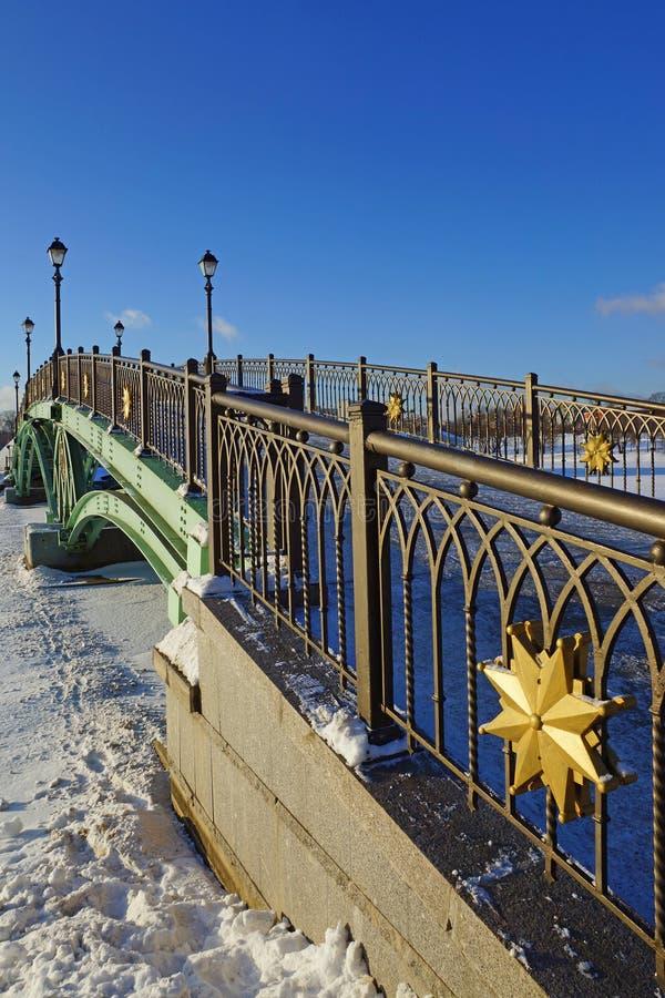 有灯笼的绿色桥梁在公园 免版税库存照片