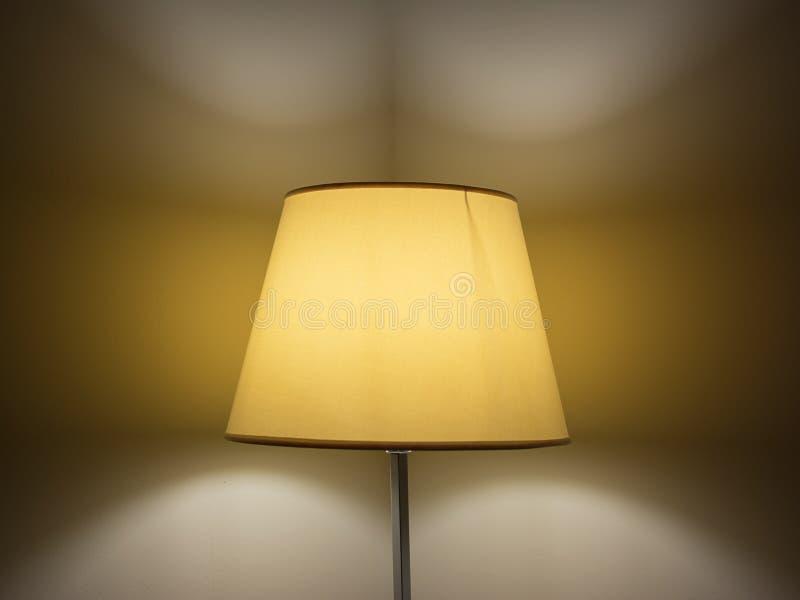 有灯罩的灯夜 免版税库存照片