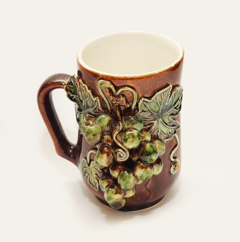 有灰泥的美丽的陶瓷杯子在白色 库存图片