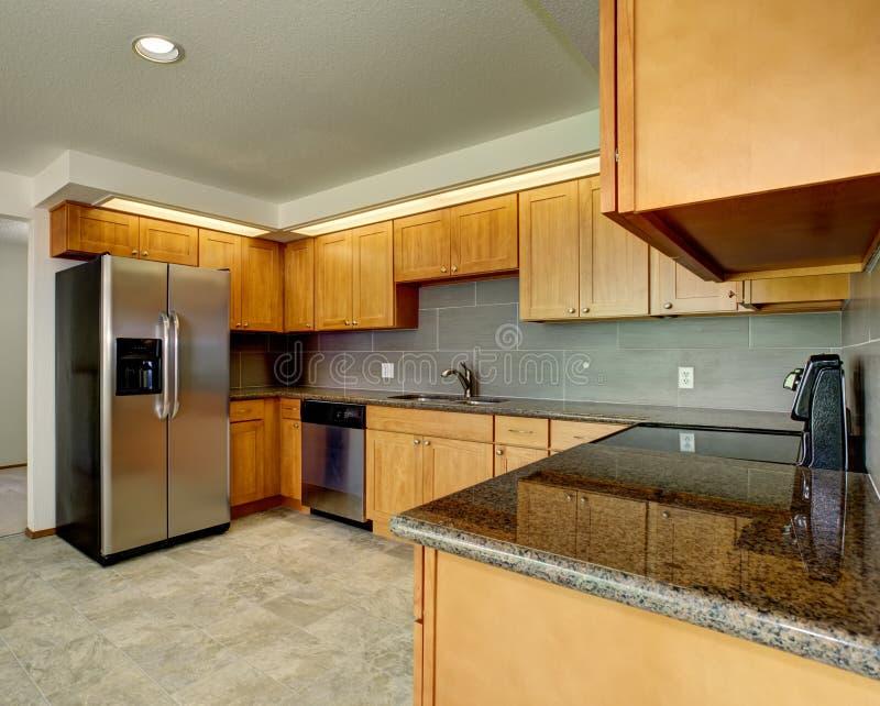 有灰色口音的现代厨房 库存图片