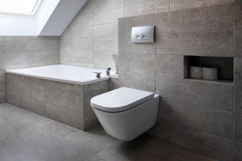 有灰色瓦片的一个现代样式卫生间 免版税库存图片