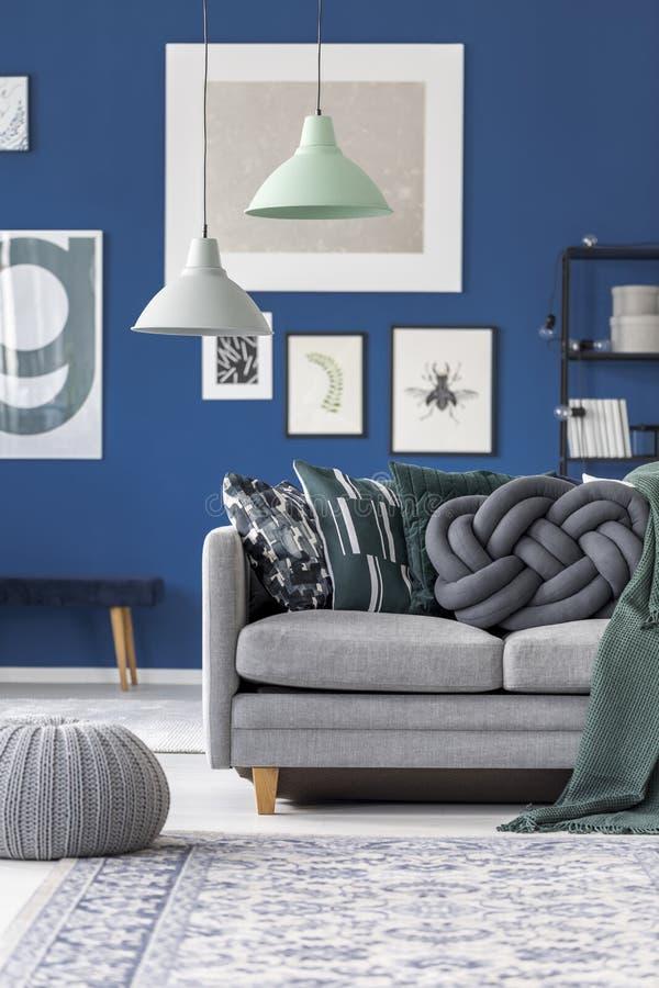 有灰色结枕头的长沙发 免版税图库摄影