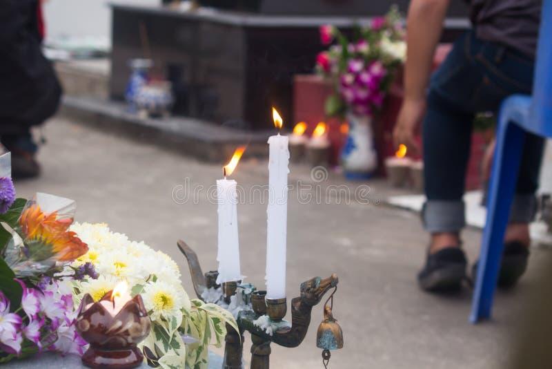 有灼烧的蜡烛的两个烛台在公墓 免版税图库摄影