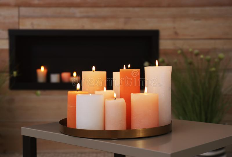 有灼烧的蜡烛的盘子在桌上 免版税库存照片