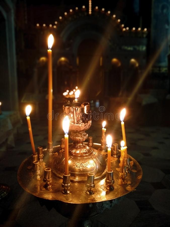 有灼烧的蜡烛立场的法坛在象前面的教会,给希望人、信念和祷告 免版税库存图片