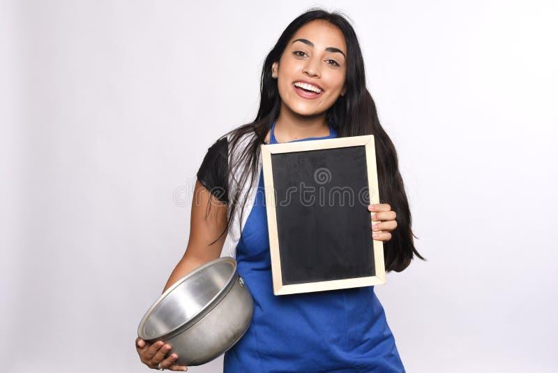 有炊事用具的少妇 免版税库存照片