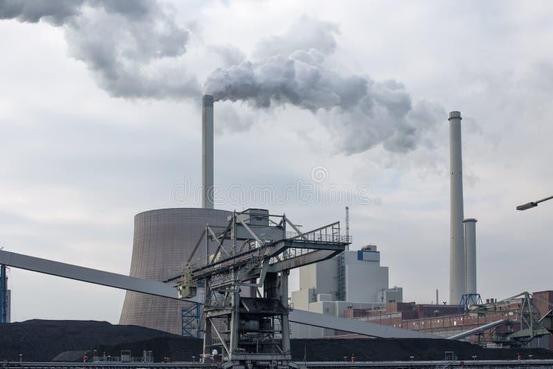 有烟囱和白色烟的燃煤电厂 图库摄影