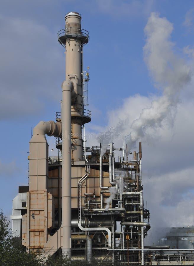 有烟囱的工厂 免版税库存图片
