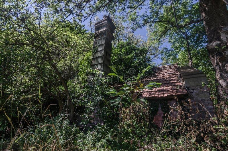 有烟囱的老房子 免版税库存照片