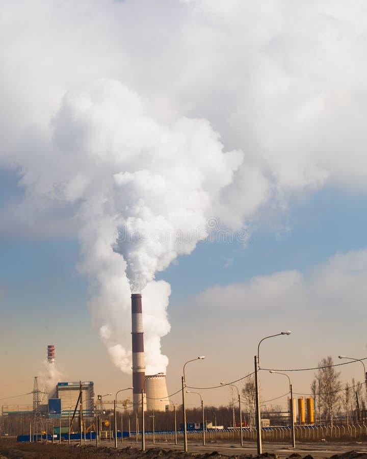 有烟的能源厂 免版税库存图片