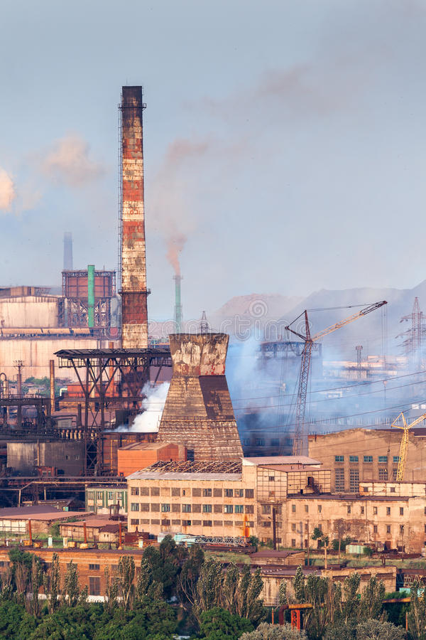 有烟窗的钢铁生产厂在日落 冶金工厂 钢铁制品,铁工作 重工业在欧洲 库存照片