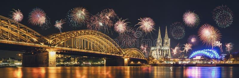 有烟花的科隆大教堂和Hohenzollern桥梁在新 免版税库存图片