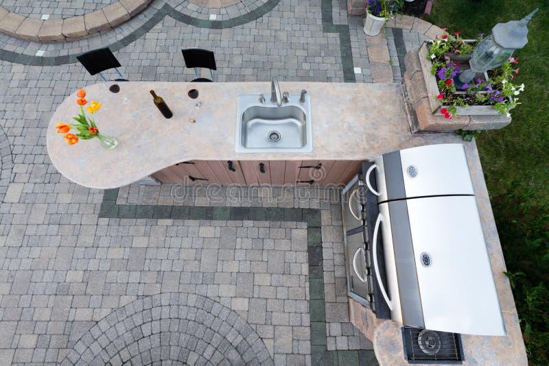 有烤肉和水槽的室外夏天厨房 免版税库存照片