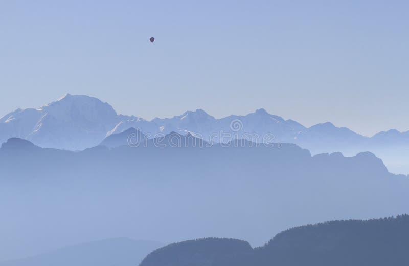有热气球的山法国阿尔卑斯 免版税库存图片
