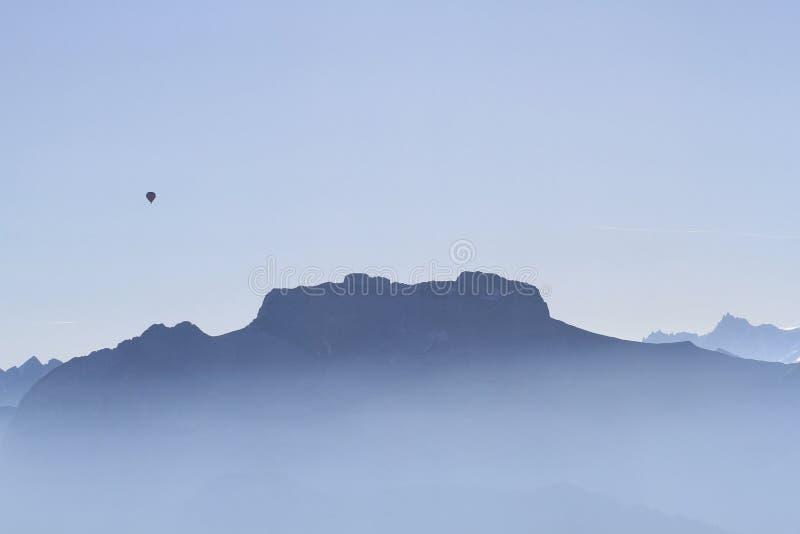 有热气球的山法国阿尔卑斯 库存照片