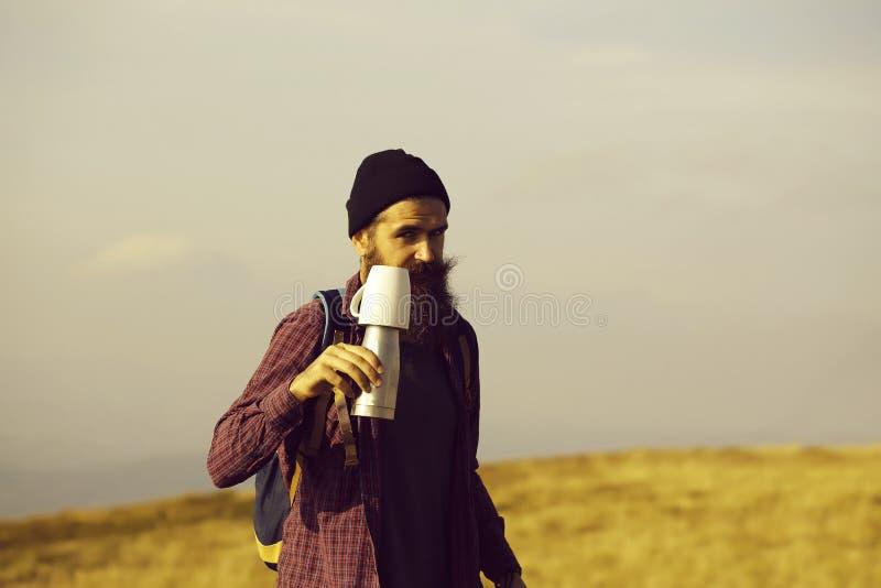 有热水瓶的有胡子的人 库存照片