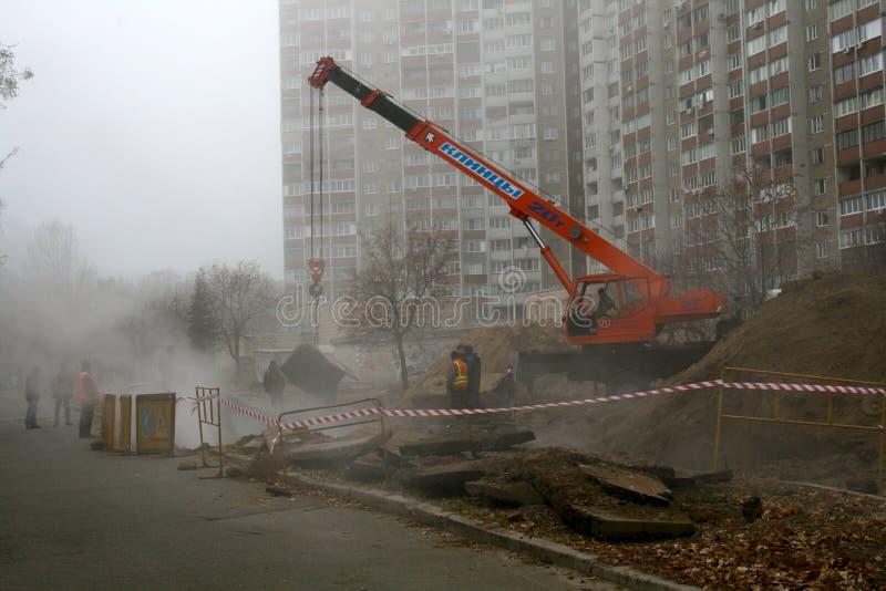 有热水的爆炸管子 市政服务消灭破损 免版税库存照片