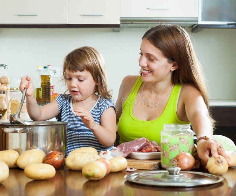 Download 有烹调汤的孩子的母亲 库存照片. 图片 包括有 食物, 新鲜, 土豆, 妇女, 准备, 一起, 女孩, 父项 - 59101822