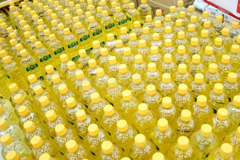 有烹调用油的瓶在超级市场 库存图片