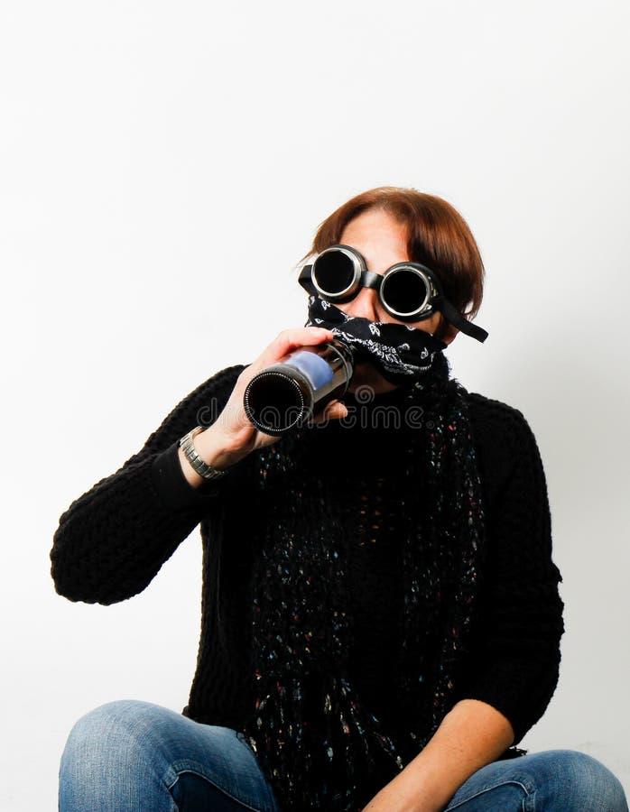有焊接风镜的妇女喝啤酒的 库存图片