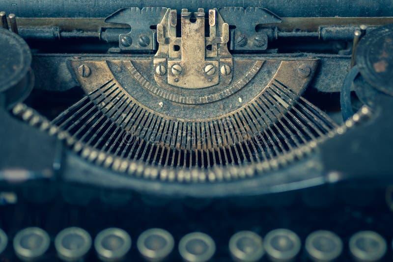 有焦点的多灰尘的古色古香的打字机在类型指南 免版税库存图片