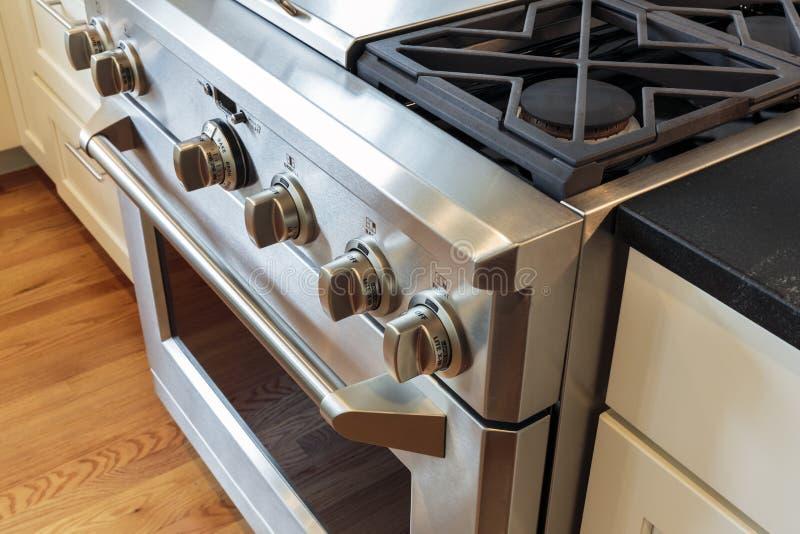有煤气炉的豪华厨房 免版税库存图片