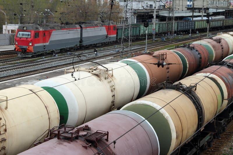 有煤炭和油槽的无盖货车在铁路轨道站立 库存图片