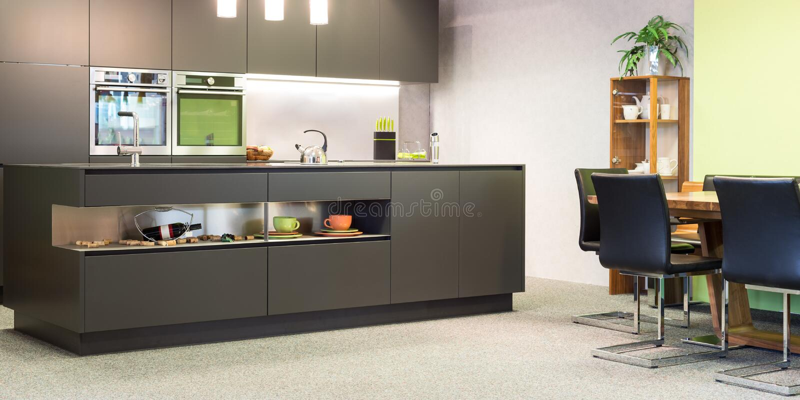 有照明的现代深灰厨房 免版税库存照片