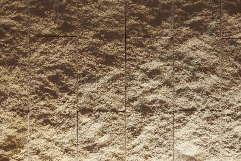 有照明设备的乳白色织地不很细瓦片墙壁从底部 图库摄影