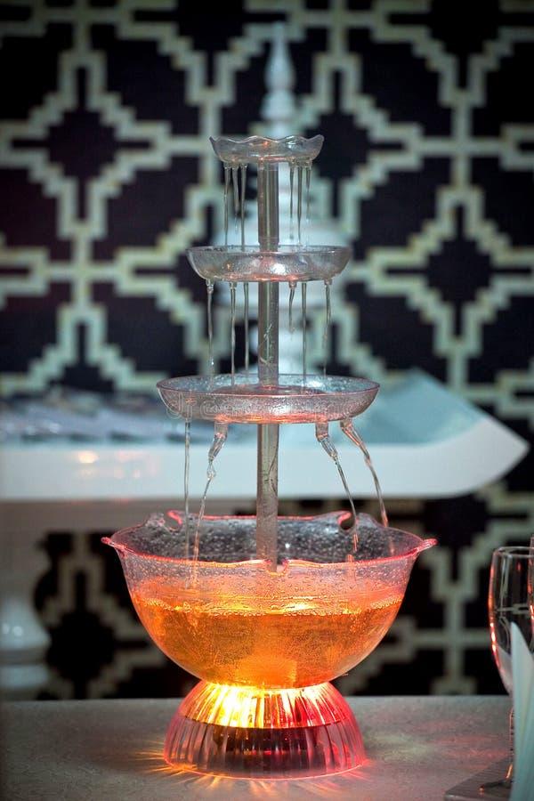 有照明设备的香宾喷泉,美丽的假日桌装饰 免版税库存图片