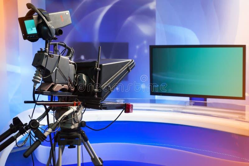 有照相机和光的电视快讯演播室 免版税库存照片
