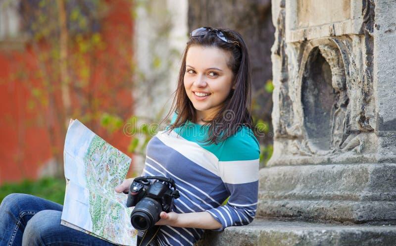 有照相机和地图的女孩 免版税库存图片
