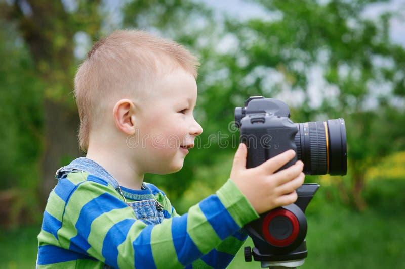 有照相机射击的小男孩室外 免版税图库摄影