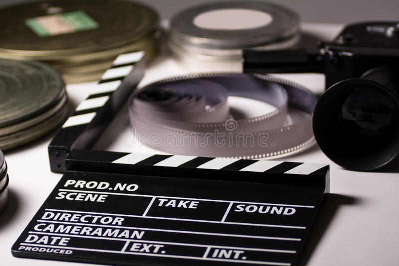 有照相机影片和戏院拍板的箱子在桌上 免版税图库摄影