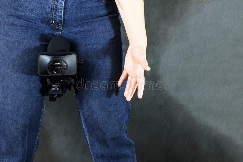 有照相机的专业摄影师 摄影和无固定职业的摄影师概念 免版税库存图片