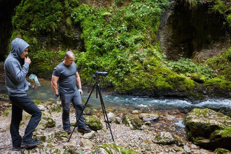 有照相机的专业自然摄影师在三脚架 库存照片