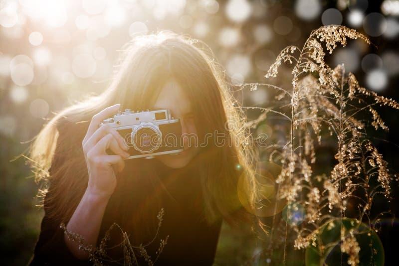 有照相机的女孩 免版税图库摄影