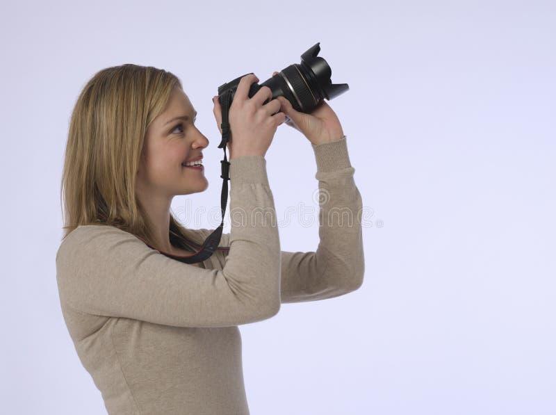 有照相机的女性摄影师在演播室 免版税库存照片