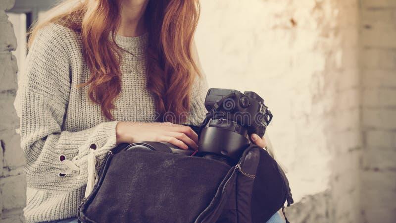 有照相机的女性摄影师 库存图片