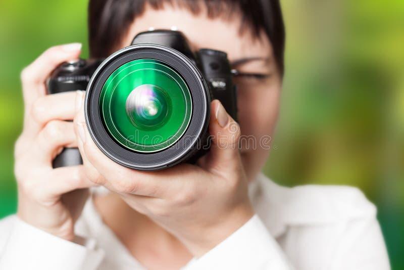 有照相机的妇女摄影师 免版税库存图片