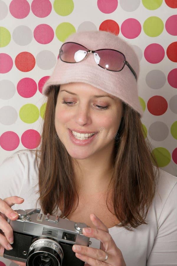 Download 有照相机的少妇 库存图片. 图片 包括有 愉快, 女孩, 绿色, 红色, 微笑, 透镜, 发行, 长期, 减速火箭 - 15676231