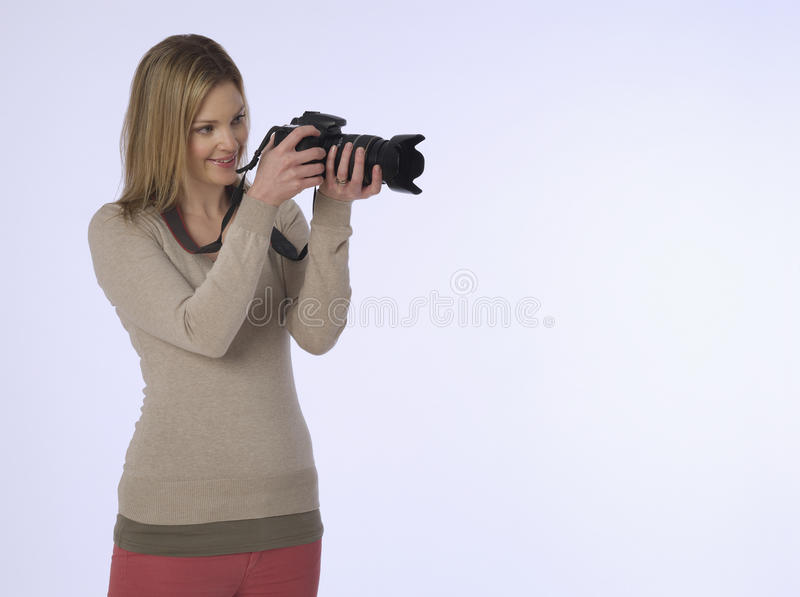 有照相机的摄影师在演播室 免版税库存照片