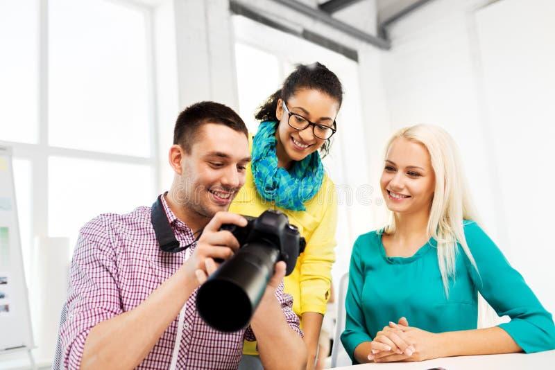 有照相机的摄影师在照相馆 免版税库存图片