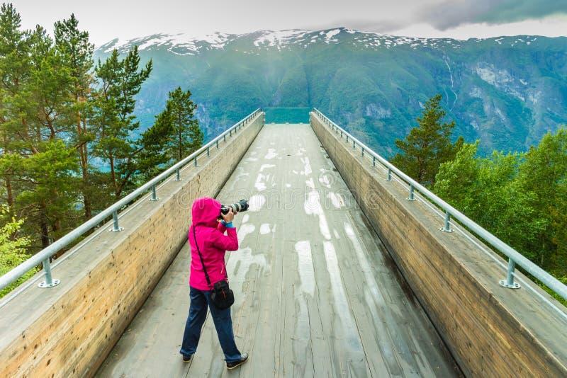 有照相机的旅游摄影师在Stegastein监视,挪威 图库摄影
