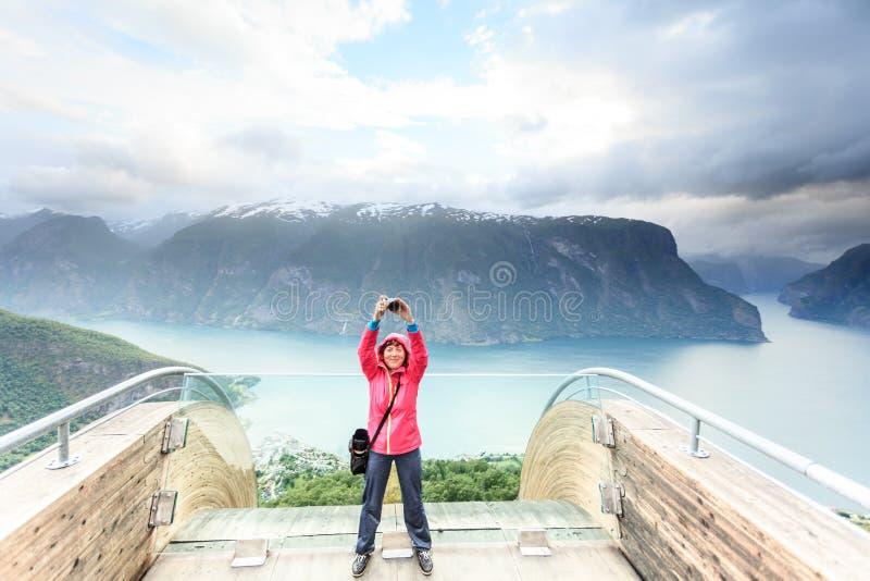有照相机的旅游摄影师在Stegastein监视,挪威 免版税图库摄影