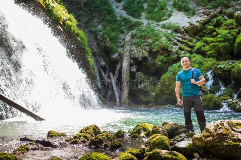有照相机的游人在瀑布附近 库存照片