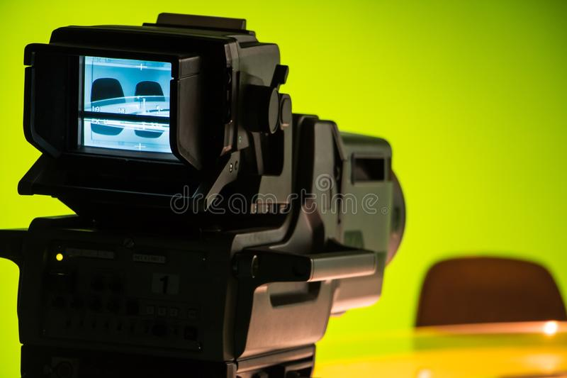 有照相机的电视快讯演播室 免版税库存照片